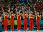 图文:体操男团决赛中国夺金 领奖台上庆祝