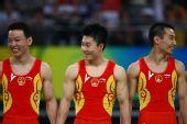 图文:体操男团决赛中国夺金 左顾右盼