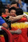 图文:体操男团决赛中国夺金 拥抱庆祝夺冠