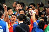 图文:体操男团决赛中国夺金 肖钦庆祝胜利