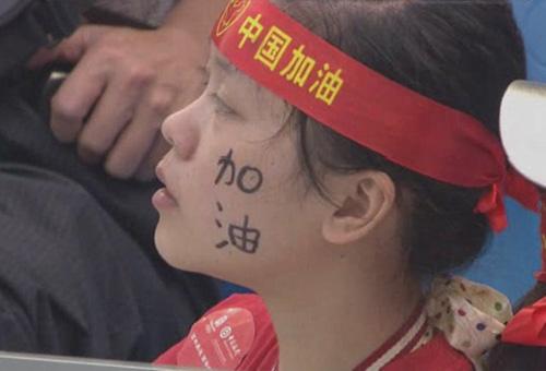 图文:女子10米双人跳台决赛 观众为中国队助威