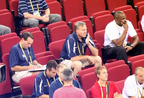 图文:男篮小组赛希腊VS德国 梦八教练也来了