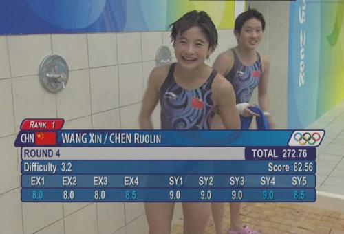 图文:女子10米双人跳台 王鑫陈若琳微笑庆祝