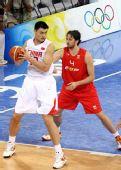 图文:小组赛中国VS西班牙 姚明欲带球突破