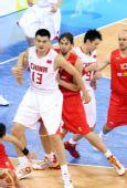 图文:小组赛中国VS西班牙 姚明加索尔纠缠