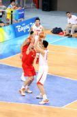 图文:小组赛中国VS西班牙 姚明意图突破