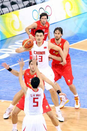 图文:小组赛中国VS西班牙 姚明盯紧篮球