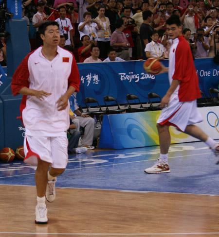 图文:中国男篮赛前热身 大郅也姚明训练