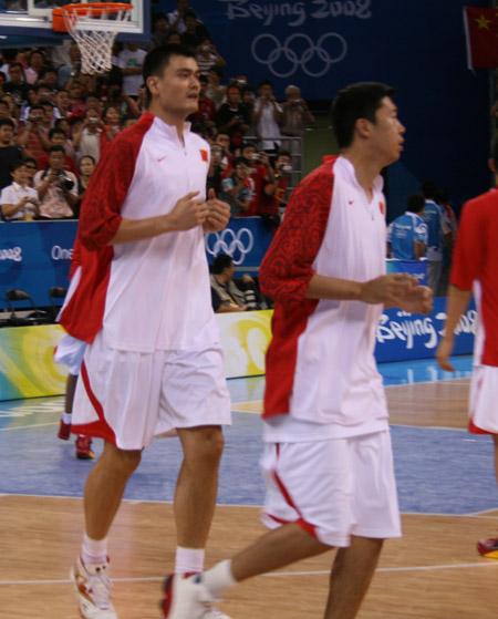 图文:中国男篮赛前热身 姚明和大郅跑步