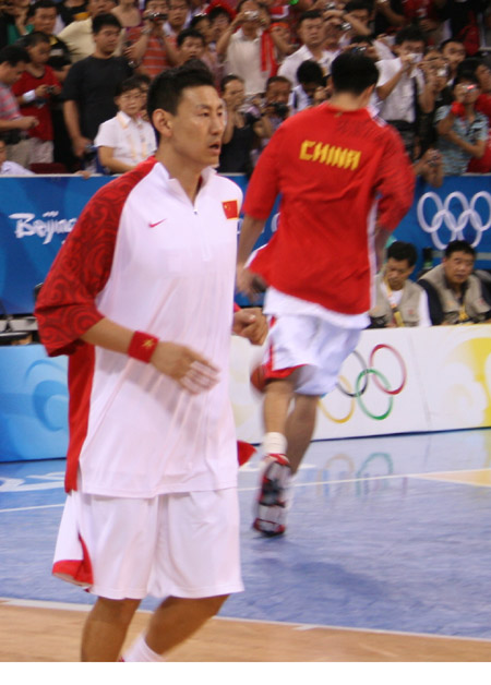 图文:中国男篮赛前热身 李楠赛前训练