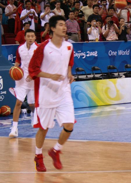 图文:中国男篮赛前热身 王仕鹏赛前训练