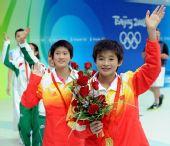 图文:陈若琳/王鑫10米台夺金 向观众致意