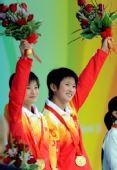 图文:陈若琳/王鑫10米台夺金 高举花束