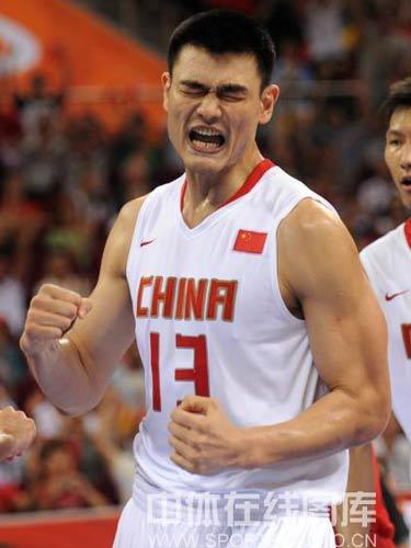 图文:小组赛中国男篮vs西班牙 姚明握拳