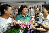 图文:为中国男子体操队夺冠欢呼 祝贺黄旭父母