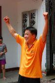 图文:为中国男子体操队夺冠欢呼 启蒙教练兴奋