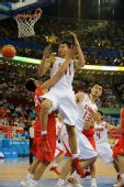图文:[男篮]中国75-85西班牙 阿联争抢篮板