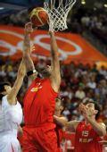 图文:[男篮]中国75-85西班牙 加索尔先出一手