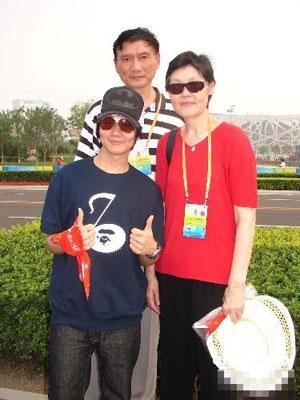 林俊杰与偶像姚明的父母合影