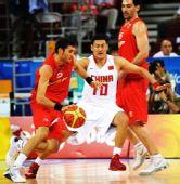 图文:[男篮]中国75-85西班牙 李楠在努力防守