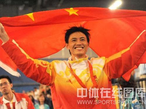 图文:男子佩剑个人赛仲满勇夺金牌 身披国旗