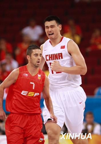 8月12日,中国队13号姚明(右)在比赛中。当日,在北京奥运会男篮小组赛中,中国男篮经过加时赛以75比85不敌西班牙男篮。 新华社记者孟永民摄