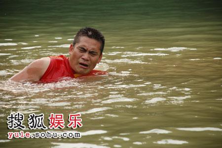 """精疲力竭的傅""""冠军""""漂在水中休息"""