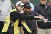 图文:PGA锦标赛哈林顿夺冠 加西亚与球童商量