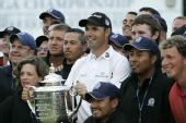 图文:PGA锦标赛哈林顿夺冠 哈灵顿与球迷合影