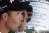 图文:PGA锦标赛哈林顿夺冠 哈灵顿亲吻奖杯