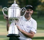 图文:PGA锦标赛哈林顿夺冠 哈灵顿大摆POSE