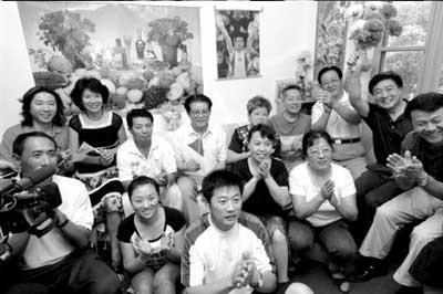 8月12日,中国体操男子团体队员陈一冰的祖父母、父母与亲友一起在天津市的家中观看比赛,并庆祝他们取得团体冠军。 新华社发(张颖摄)