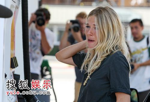 被追问第三者绯闻,西耶那・米勒在大家毫无防备的情况下暴哭