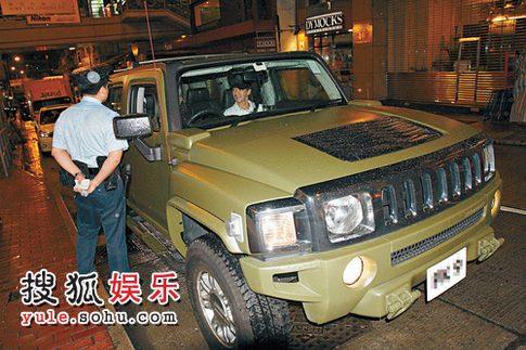 陈小春发现被记者跟踪后 向巡逻警员求助