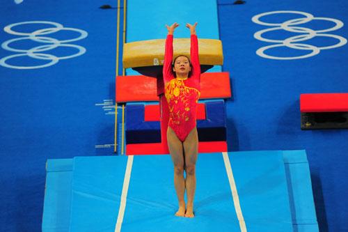 图文:体操女团决赛 程菲动作干脆利落