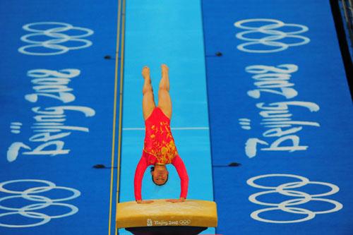 图文:体操女团决赛 鞍马程菲跳