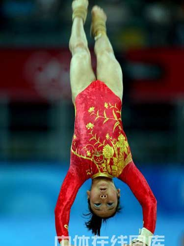 图文:体操女团决赛中国金花冲金 邓琳琳跳马