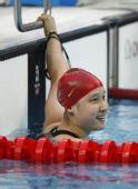 图文:女子200米蝶泳半决赛 笑望成绩牌