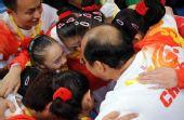 图文:中国女子体操队折桂 陆善真与队员拥抱