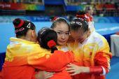 图文:中国女子体操队折桂 夺冠后拥抱庆祝