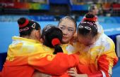 图文:体操女团中国队折桂 拥抱庆祝