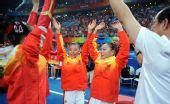 图文:体操女团中国队折桂 庆祝夺冠