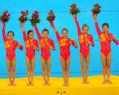 图文:体操女团夺金 姑娘们手举金牌笑靥如花