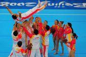 图文:体操夺金 队员教练兴奋将高健高高抛起