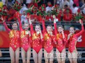图文:体操女团中国金花勇夺魁 领奖台上