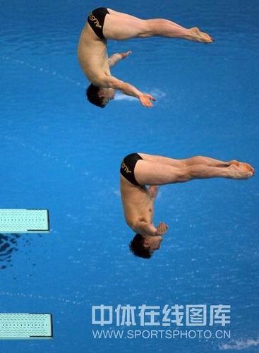 图文:男子双人三米板决赛中国冲金 入水前瞬间