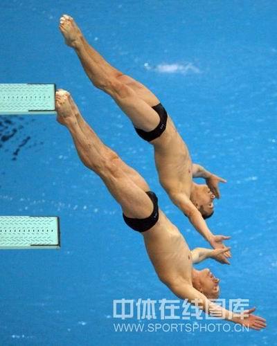 图文:男子双人三米板决赛中国冲金  入水瞬间