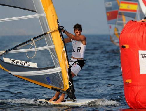 图文:男子帆板赛精彩瞬间 白俄罗斯选手绕标