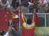 组图:王峰获奖后跑向看台 与妻子分享胜利喜悦