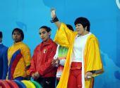图文:女子69公斤级决赛 刘春红赛前向观众致意
